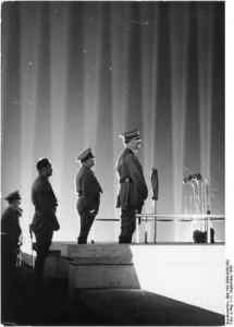 Die 'aufsteigende Lichtlinie zu Hitler' in einer Lichtdominszenierung Albert Speers